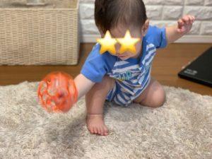 オーボールで遊ぶ8カ月の次男